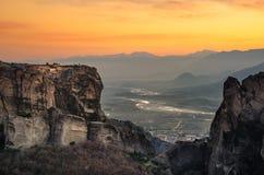 Torres da rocha de monastérios de Meteora sobre eles Fotos de Stock Royalty Free