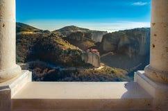 Torres da rocha de monastérios de Meteora sobre eles Fotografia de Stock Royalty Free