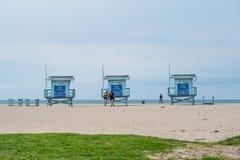 Torres da salva-vidas em Venice Beach - CALIF?RNIA, EUA - 18 DE MAR?O DE 2019 imagens de stock royalty free
