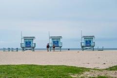 Torres da salva-vidas em Venice Beach - CALIF?RNIA, EUA - 18 DE MAR?O DE 2019 imagens de stock
