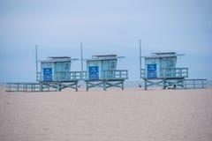 Torres da salva-vidas em Venice Beach - CALIF?RNIA, EUA - 18 DE MAR?O DE 2019 fotos de stock