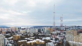 Torres da telecomunicação na cidade moderna no dia de inverno e na arquitetura da cidade da parte superior vídeos de arquivo