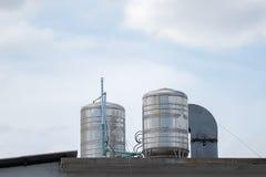 Torres de agua en un tejado de un edificio Foto de archivo