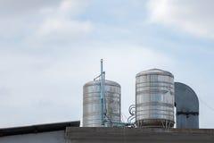 Torres de agua en un tejado de un edificio Fotografía de archivo