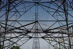 Torres de alta tensão com fundo do céu imagem de stock