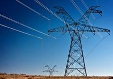 Torres de alto voltaje de la transmisión de potencia Imágenes de archivo libres de regalías
