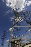 Torres de alto voltaje en el city2 Imágenes de archivo libres de regalías