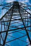 Torres de alto voltaje de líneas eléctricas imágenes de archivo libres de regalías