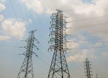 Torres de alto voltaje, líneas eléctricas Fotos de archivo libres de regalías