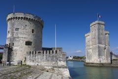 Torres de Chaine de San Nicolás y del La, La Rochelle Foto de archivo libre de regalías