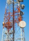 Torres de comunicação celulares no céu azul Foto de Stock Royalty Free