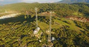 Torres de comunicação do telefone celular na natureza video estoque