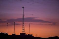 Torres de comunicación en el fondo púrpura anaranjado del cielo, Perú Foto de archivo libre de regalías