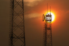Torres de comunicación en la salida del sol Imagen de archivo