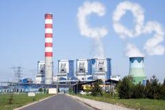 Torres de enfriamiento con las nubes del CO2 de la chimenea Fotos de archivo
