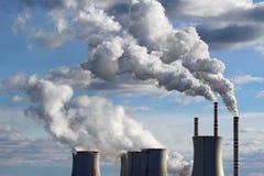 torres de enfriamiento de la central eléctrica de energía del carbón Imagenes de archivo