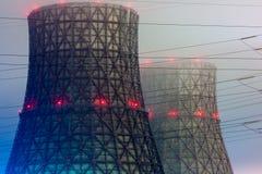 Torres de enfriamiento de la central eléctrica en la noche Fotos de archivo
