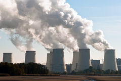 Torres de enfriamiento de la central eléctrica a través de V2 Foto de archivo libre de regalías