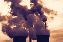 Torres de enfriamiento de la central nuclear Imagen de archivo
