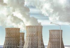 Torres de enfriamiento de la central nuclear con vapor o del humo de la energía térmica Fotografía de archivo