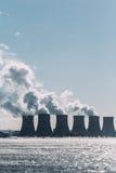 Torres de enfriamiento de una central nuclear o de un NPP con humo grueso Imagen de archivo
