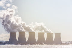 Torres de enfriamiento de una estación de la energía nuclear o de un NPP con humo grueso Foto de archivo