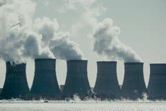 Torres de enfriamiento del NPP o de la central nuclear con humo grueso Imagen entonada oscura Fotos de archivo