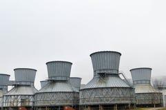 Torres de enfriamiento grandes en el agua y la niebla en una refinería de petróleo, producto petroquímico, fábrica de productos q Imagen de archivo libre de regalías