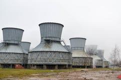 Torres de enfriamiento grandes en el agua y la niebla en una refinería de petróleo, producto petroquímico, fábrica de productos q Imágenes de archivo libres de regalías