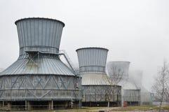 Torres de enfriamiento grandes en el agua y la niebla en una refinería de petróleo, producto petroquímico, fábrica de productos q Imagenes de archivo
