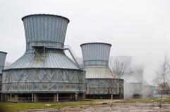 Torres de enfriamiento grandes en el agua y la niebla en una refinería de petróleo, producto petroquímico, fábrica de productos q Fotografía de archivo