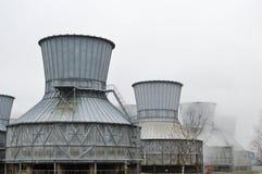 Torres de enfriamiento grandes en el agua y la niebla en una refinería de petróleo, producto petroquímico, fábrica de productos q Fotos de archivo