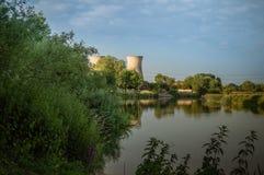 Torres de enfriamiento de la central eléctrica de Willington del banco del río Trent fotografía de archivo