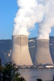 Torres de enfriamiento nucleares Fotos de archivo libres de regalías
