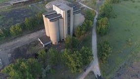 Torres de Gottened de uma mina de carvão velha em Tokod, Hungria video estoque