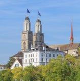 Torres de Grossmunster decoradas com bandeiras de Zurique fotos de stock