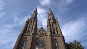 Torres de iglesia antiguas de Catolic en el timelapse de Eindhoven con las nubes en el cielo azul almacen de video