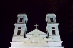 Torres de iglesia blancas clásicas cristianas en la noche Imagen de archivo libre de regalías