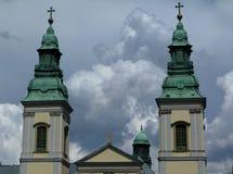 Torres de iglesia dobles con la placa de techumbre de cobre verde foto de archivo