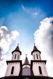Torres de iglesia ortodoxa fijadas contra el cielo nublado azul Foto de archivo