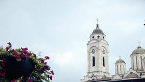 Torres de iglesia ortodoxa, flores en frente almacen de metraje de vídeo