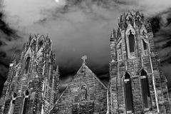 Torres de igreja góticos assustadores de Dia das Bruxas fotos de stock royalty free