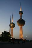 Torres de Kuwait por noche Fotos de archivo