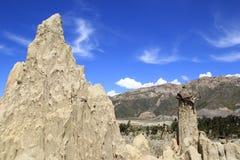 Torres de la arcilla bajo el cielo asombroso Imagen de archivo libre de regalías