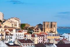 Torres de la catedral de Lisboa y de tejados de Lisboa Imagen de archivo libre de regalías