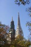Torres de la catedral de Zagreb y follaje del otoño Imagen de archivo