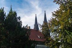Torres de la catedral metropolitana de los santos Vitus imagen de archivo