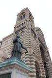 Torres de la catedral y de la estatua en Marsella, Francia Fotografía de archivo libre de regalías