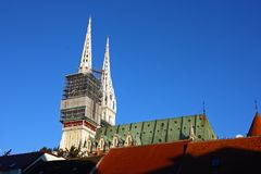 Torres de la catedral de Zagreb imágenes de archivo libres de regalías