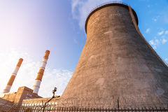Torres de la chimenea de la central eléctrica Foto de archivo